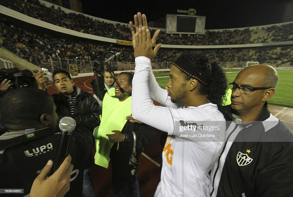 <a gi-track='captionPersonalityLinkClicked' href=/galleries/search?phrase=Ronaldinho&family=editorial&specificpeople=202667 ng-click='$event.stopPropagation()'>Ronaldinho</a> of Atletico Mineiro claps during a match between The Strongest and Atletico Mineiro as part of the Copa Bridgestone Libertadores 2013 at the Hernando Siles Stadium on March 13, 2013 in La Paz, Bolivia.