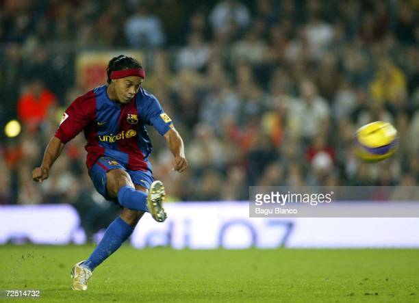 Ronaldinho of Barcelona kicks the ball during the match between FC Barcelona and Real Zaragoza of La Liga at the Camp Nou stadium on November 12 2006...