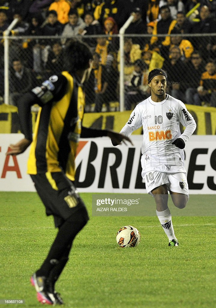 Ronaldinho (R) of Brazil's Atletico Mineiro is marked by Marcos Barrera (L) of Bolivia's The Strongest during their Copa Libertadores football match at Hernando Siles stadium in La Paz, Bolivia, on March 13, 2013. AFP PHOTO/Aizar Raldes