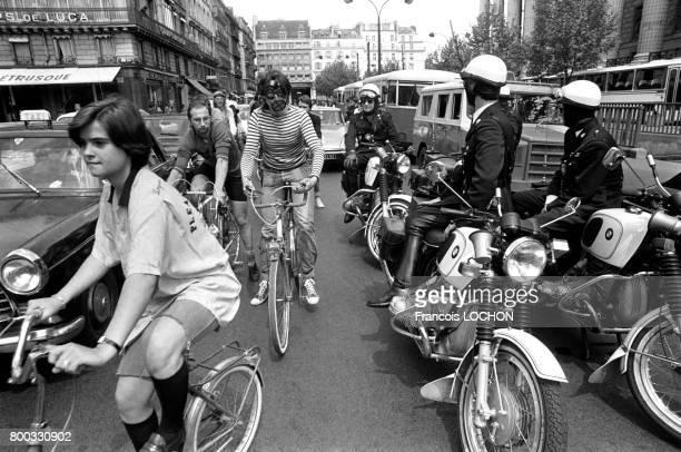 Ronde à vélo organisée par le Mouvement de défense de la bicyclette à travers les rues de Paris le 16 mai 1976 en France