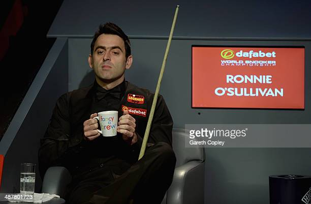 Ronnie O'Sullivan warms his hands during his semi final against Barry Hawkins in The Dafabet World Snooker Championship at Crucible Theatre on May 2...