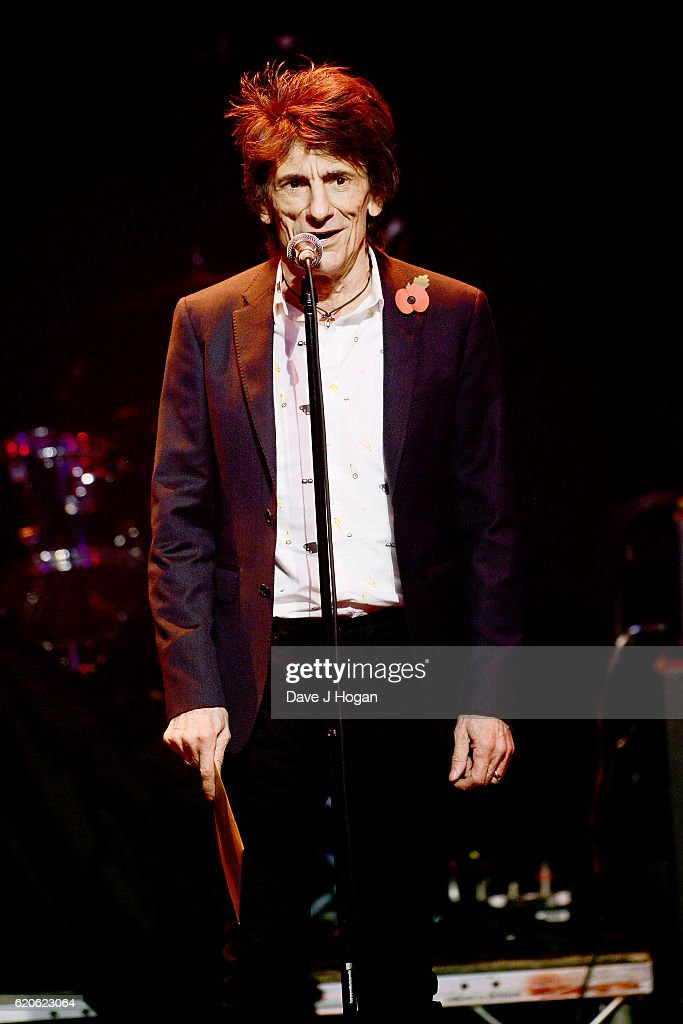 Ronnie Wood presents the Gibson Les Paul award during The Stubhub Q Awards 2016 at The Roundhouse on November 2, 2016 in London, England.