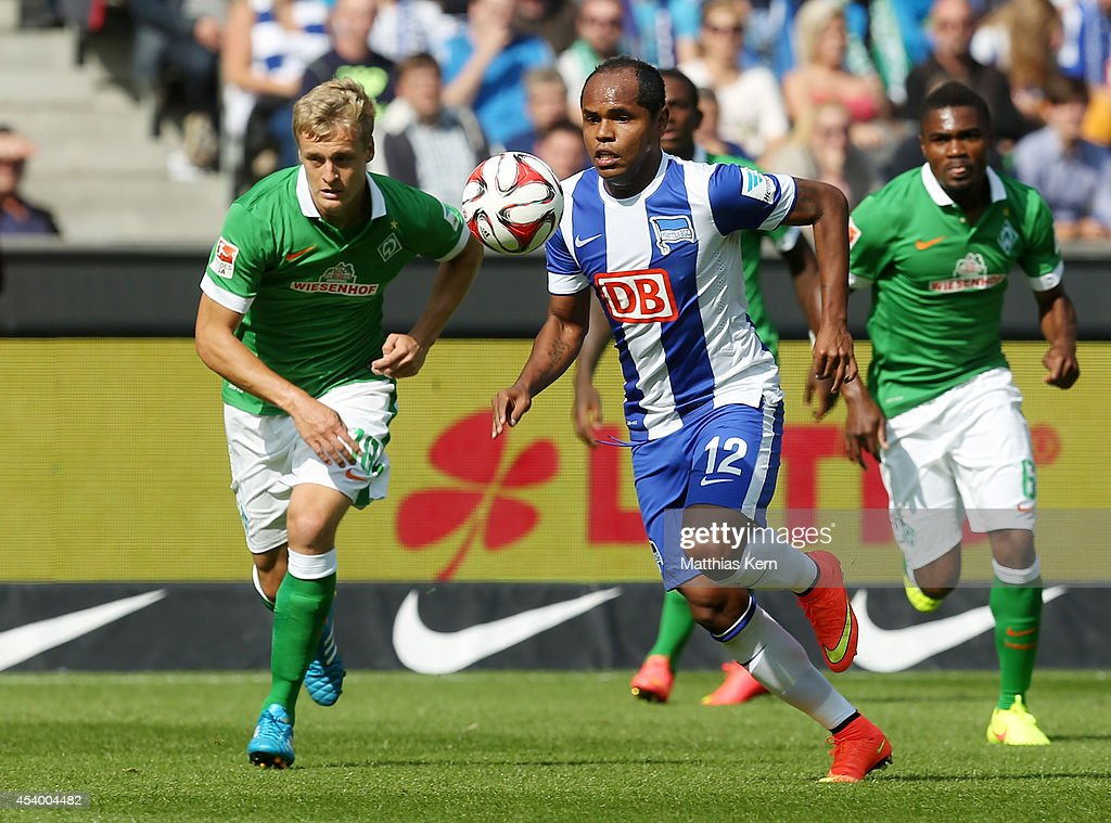 Ronny of Berlin battles for the ball with Felix Kroos of Bremen during the Bundesliga match between Hertha BSC and SV Werder Bremen at Olympiastadion...