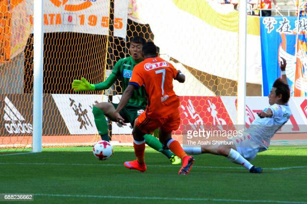 Rony of Albirex Niigata scores the opening goal during the JLeague J1 match between Albirex Niigata and Consadole Sapporo at Denka Big Swan Stadium...