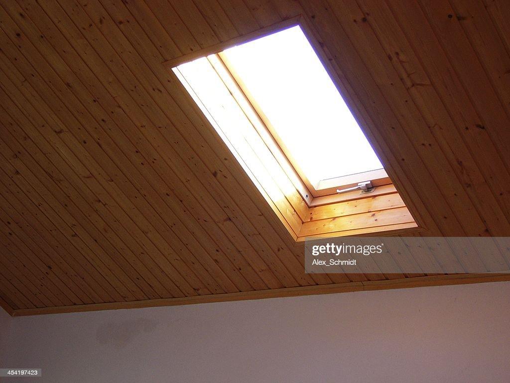 Tragaluz ventana de techo de madera : Foto de stock