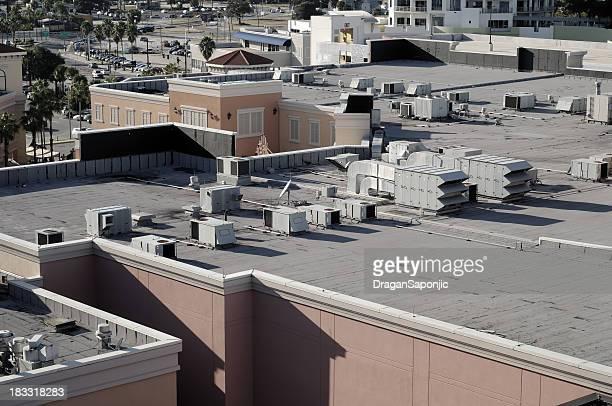 Sur le toit, installation d'un système de climatisation