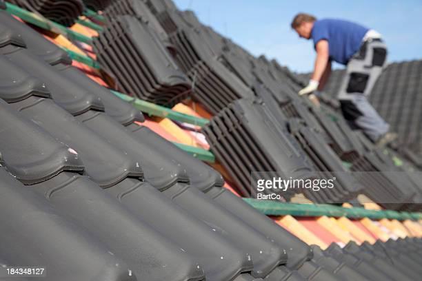 Dachdecker arbeiten hart auf dem Dach.