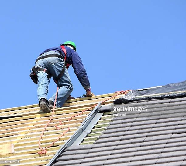 Couvreur sur le dessus d'un toit