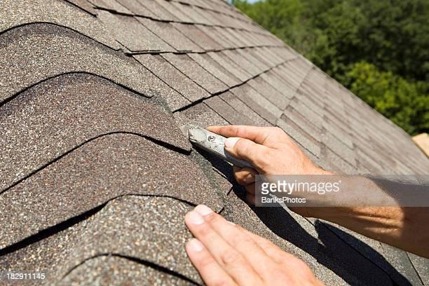 Dachdecker Schneiden eine neue Schindeln auf Home Design-Projekt