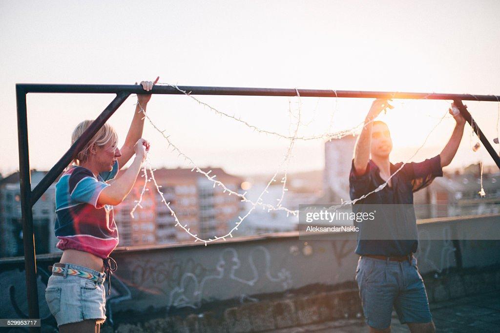 Vorbereitung auf dem Dach-party : Stock-Foto