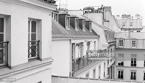 Toits de Paris-terrasse avec fenêtres à l'arrière