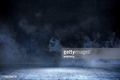 Habitación con suelo de hormigón y humo : Foto de stock