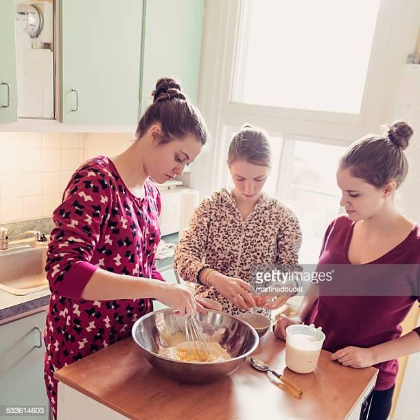 Zimmergenossinnen mit Strampler, Pfannkuchen in der Küche, morgen.