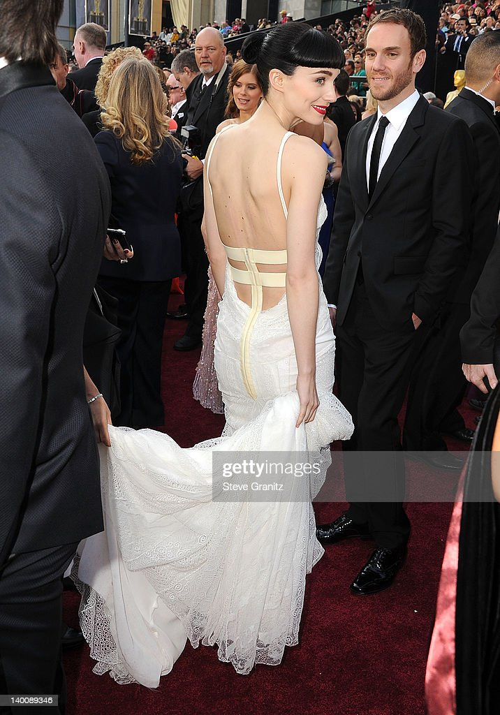 <a gi-track='captionPersonalityLinkClicked' href=/galleries/search?phrase=Rooney+Mara&family=editorial&specificpeople=5669181 ng-click='$event.stopPropagation()'>Rooney Mara</a> arrives at the 84th Annual Academy Awards at Grauman's Chinese Theatre on February 26, 2012 in Hollywood, California.