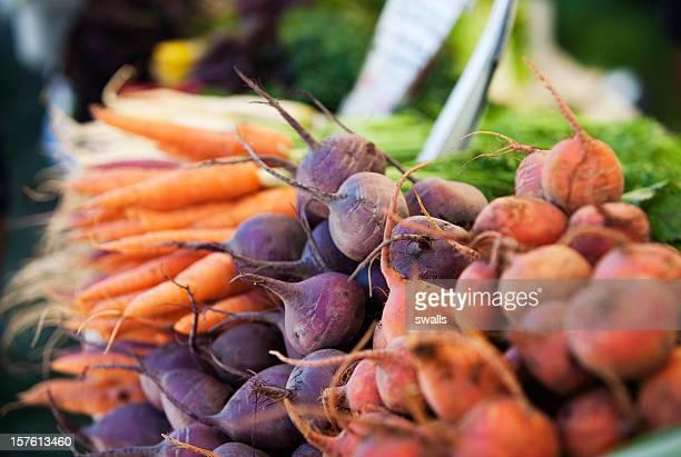 Verdure a radice sul mercato degli allevatori