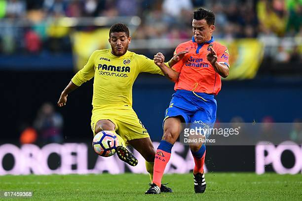Roque Mesa of UD Las Palmas competes for the ball with Jonathan dos Santos of Villarreal CF during the La Liga match between Villarreal CF and UD Las...