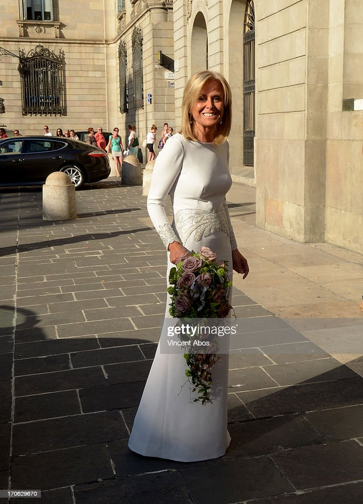Rosa Clara arrives to Barcelona City Hall for her wedding to Josep Artigas on June 15, 2013 in Barcelona, Spain.