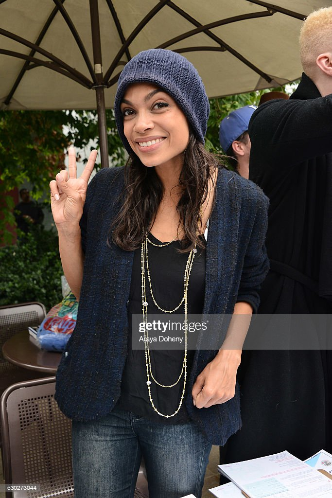 Rosario Dawson registers students to vote at the Stars Rock The Campus ...