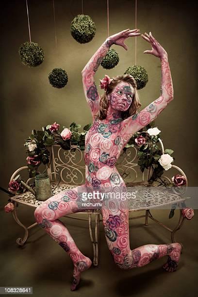 Ballerina con fiori Rose dipinte su panca