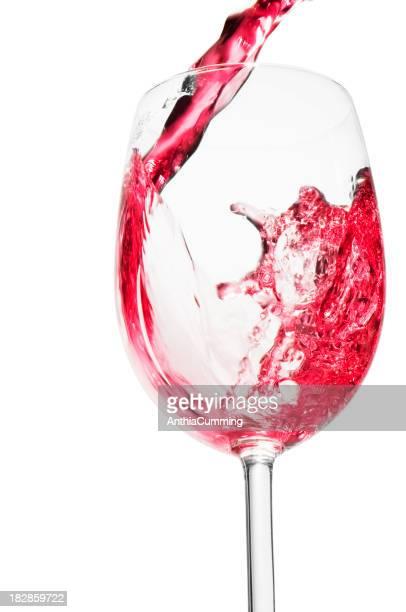 Rose vin, verser dans un verre de vin en verre haut transparent