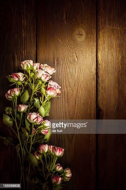Rose contro la parete in legno invecchiato