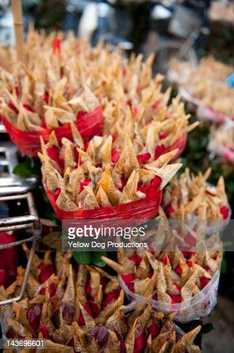 Roses for sale in flower market in Hanoi : Stock Photo