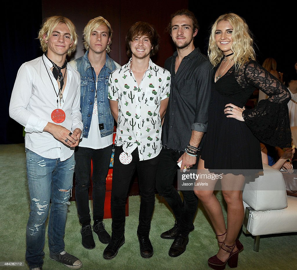 L-R) Ross Lynch, Riker Lynch, Ellington Ratliff, Rocky Lynch and Rydel Lynch of R5 pose in the green room at the 2015 Teen Choice Awards at Galen Center on August 16, 2015 in Los Angeles, California.