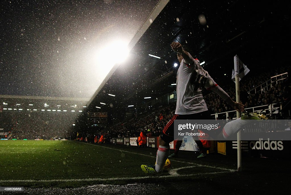 Ross McCormack of Fulham takes a corner during the Sky Bet Championship match between Fulham and Huddersfield Town at Craven Cottage on November 8...