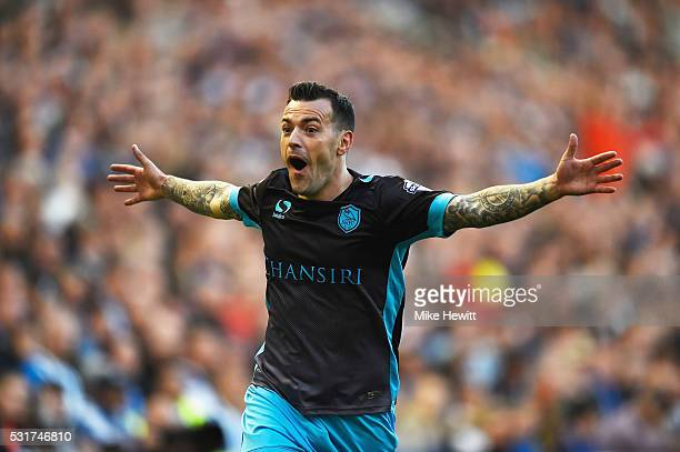 Ross Wallace of Sheffield Wednesday celebrates as he scores their first and equalising goal during the Sky Bet Championship Play Off semi final...