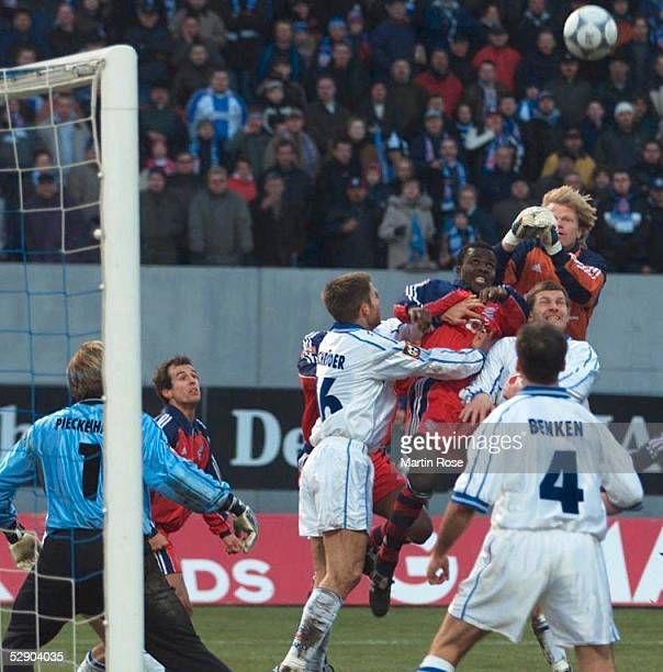 1 BUINDESLIGA 00/01 Rostock HANSA ROSTOCK FC BAYERN MUENCHEN 32 Torwart Oliver KAHN/BAYERN faustet in der letzten Minute den Ball ins Rostocker Tor...