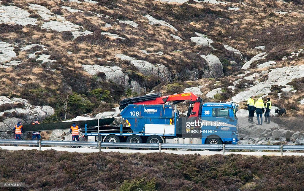 Rotor blades of a crashed helicopter are transported on May 1, 2016 from Turoy outside Bergen, where the helicopter chrashed. / AFP / NTB scanpix AND NTB Scanpix / Torstein Boe / Norway OUT
