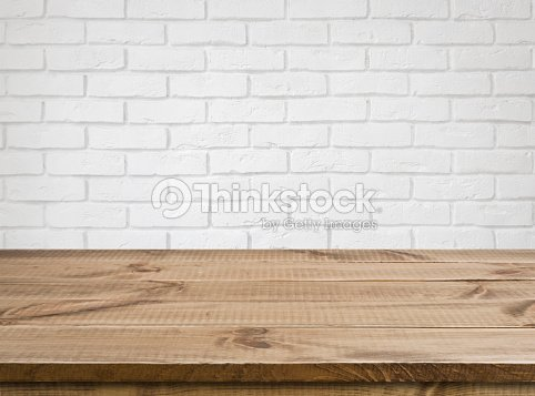 une table en bois brut texture de mur de briques arri replan flou blanc photo thinkstock. Black Bedroom Furniture Sets. Home Design Ideas