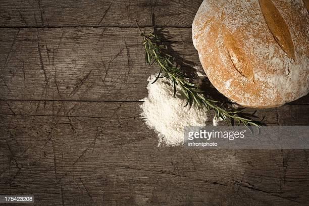 丸型パン、木製のテーブル