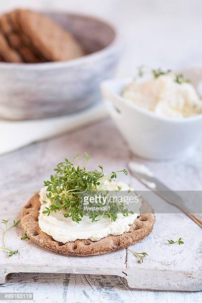 Round crispbread, cream cheese and cress