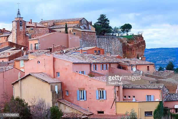 Roussillon: french village et colorées façades après le coucher du soleil