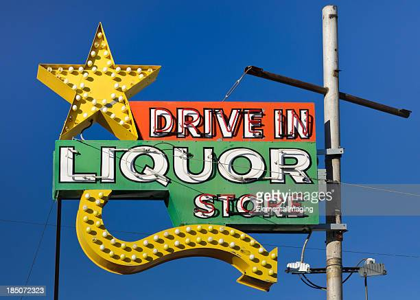 Route 66 Americana ドライブの酒屋ネオンの看板