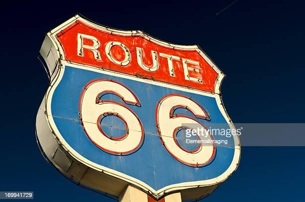 Route 66 Americana レッドとブルーのネオンの道路標識