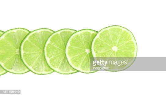 Linha Verde-Lima fatias sobre um fundo branco : Foto de stock