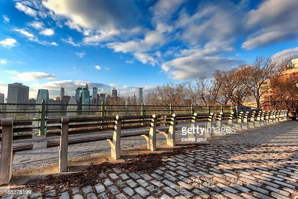 列のベンチに面したマンハッタン