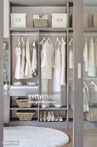 Linha de preto e branco Vestido com os sapatos na guarda-roupa : Foto de stock