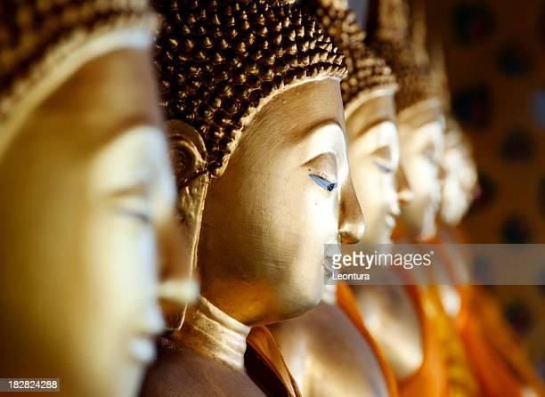 Fila de Buddhas centenarios de Wat Arun, Bangkok, Tailandia