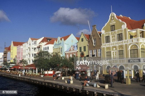 Row of houses and shops along boardwalk : Stock-Foto