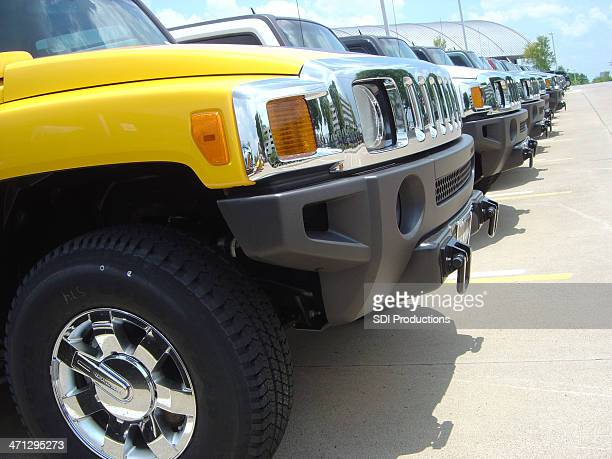 Linha de Hummer SUV Stand no parque de estacionamento