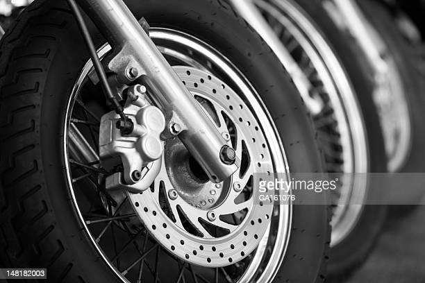 Rangée de motos sur la rue
