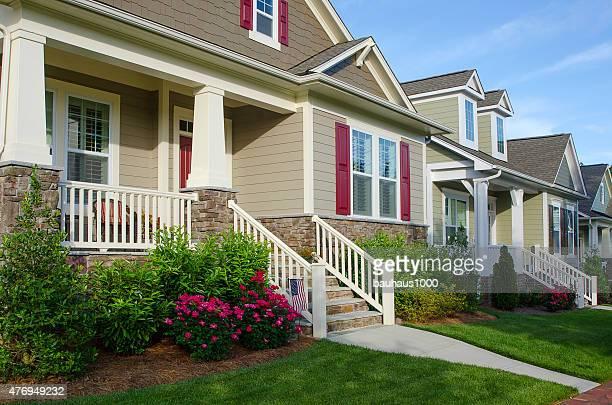 Rangée de nouvelles maisons de Style Bungalow
