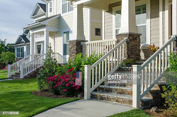 Portico sopraelevato foto e immagini stock getty images for Case in stile cottage