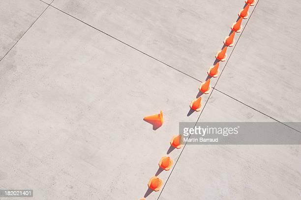 Linha de cones de trânsito com um lado