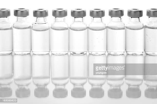 Rangée de vials avec des médicaments