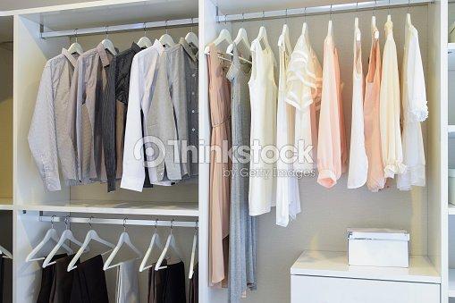 Reihe Von Weißen Kleid Und Hemden Aufhängen In Weiß Schrank Stock