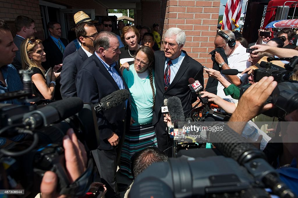 Rowan County Clerk of Courts Kim Davis, attorney Mat Staver (R) and Republican presidential candidate Mike Huckabee (L) address the media in front of the Carter County Detention Center on September 8, 2015 in Grayson, Kentucky. Davis was ordered to jail last week for contempt of court after refusing a court order to issue marriage licenses to same-sex couples.